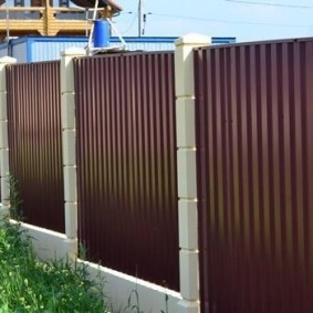 Сплошной забор с секциями из пронастила