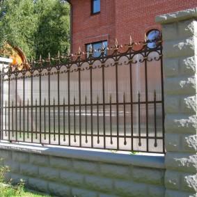 Шикарный забор перед кирпичным домом