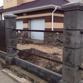 Возведение забора с бетонными столбами своими руками