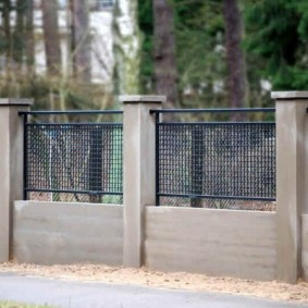 Декоративный забор на бетонном фундаменте