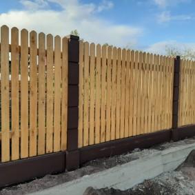 Деревянный шкакетни на дачном заборе