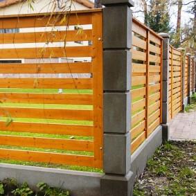 Стильный забор из дерева на сборных столбах