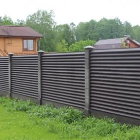 Серый забор из комбинированных материалов