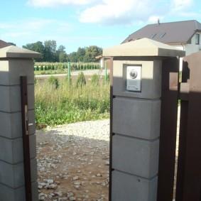 Бетонные столбы на калитке загородного участка