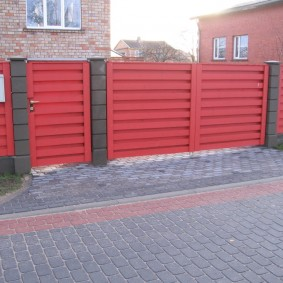 Красные ворота на бетонных столбах