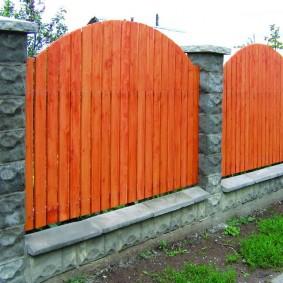 Яркий забор по периметру загородного участка