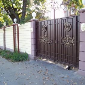 Красивые ворота с кованным декором