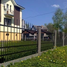 Садовый забор из металла на бетонном основании