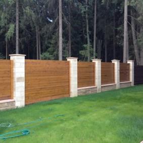 Горизонтальное расположение досок на деревянном заборе