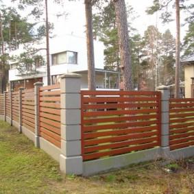 Угол садового участка с забором на бетонных опорах