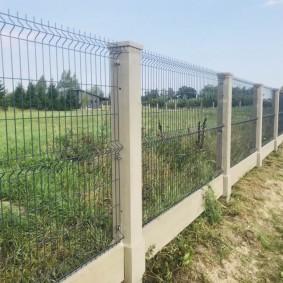 Прозрачный забор из металлической сетки