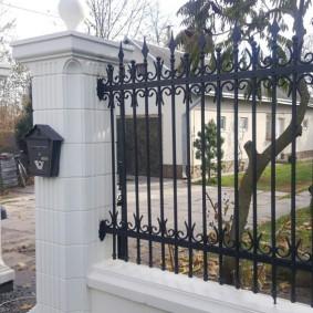Классический забор с массивными столбами