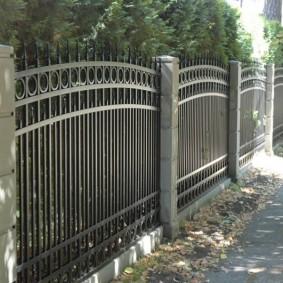 Металлическая ограда в классическом стиле