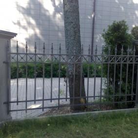 Забор с пиками на ленточном фундаменте