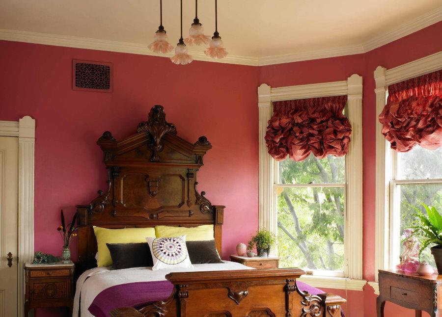 Красные французские шторы в спальной комнате