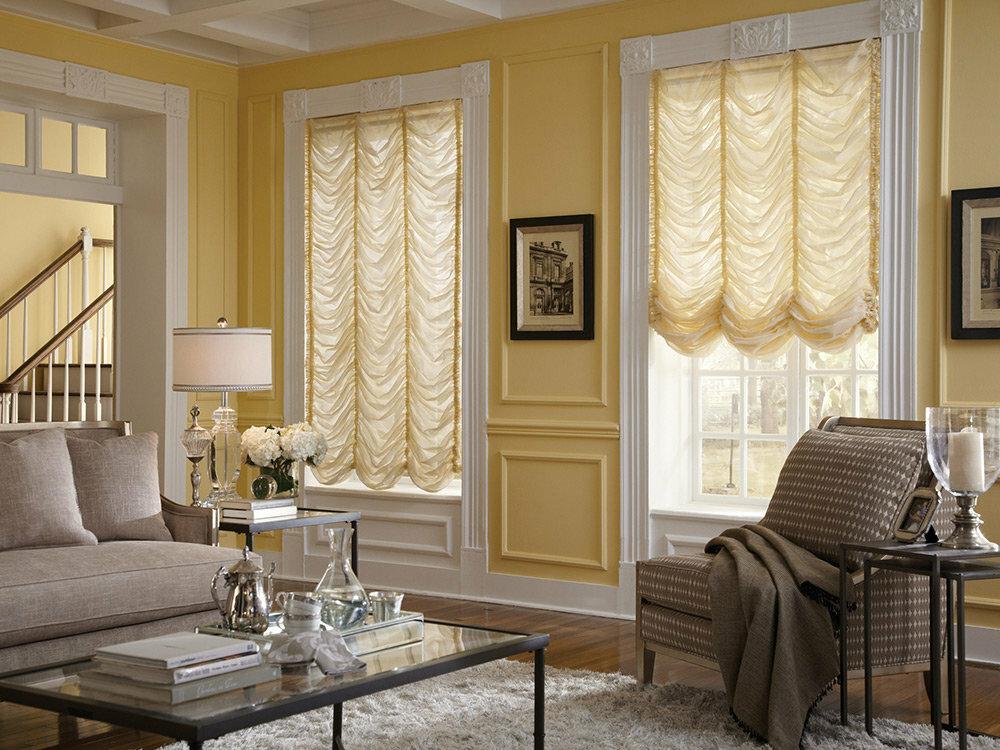 Гостиная комната с французскими шторами на окнах