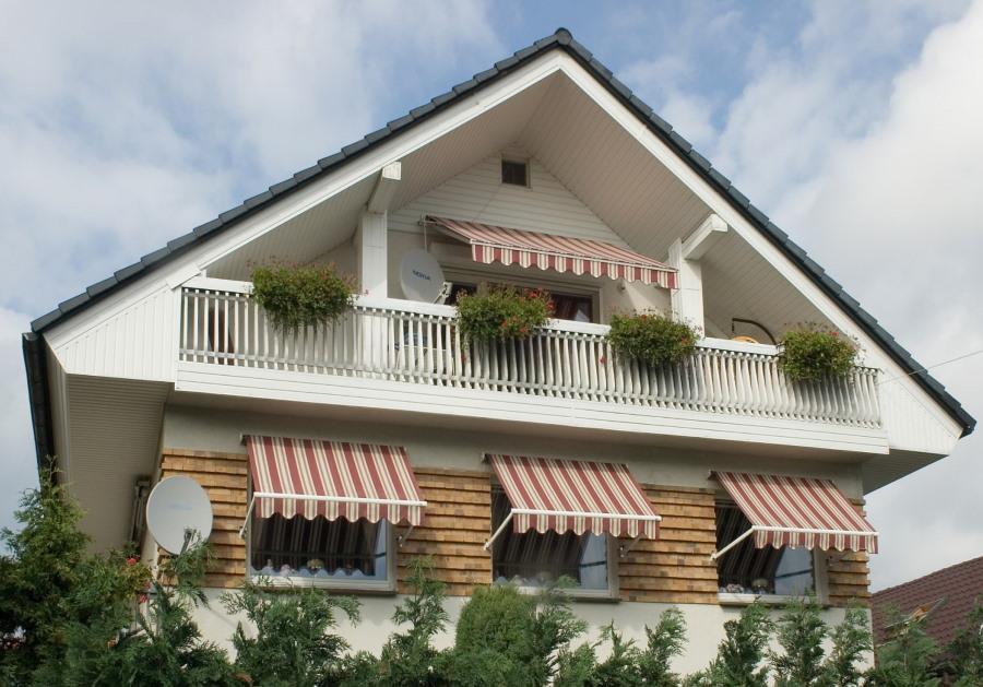 Открытый фронтонный балкон в мансарде дома