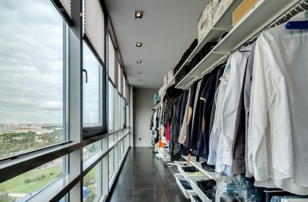 Мужской гардероб в интерьере балкона с панорамным остеклением