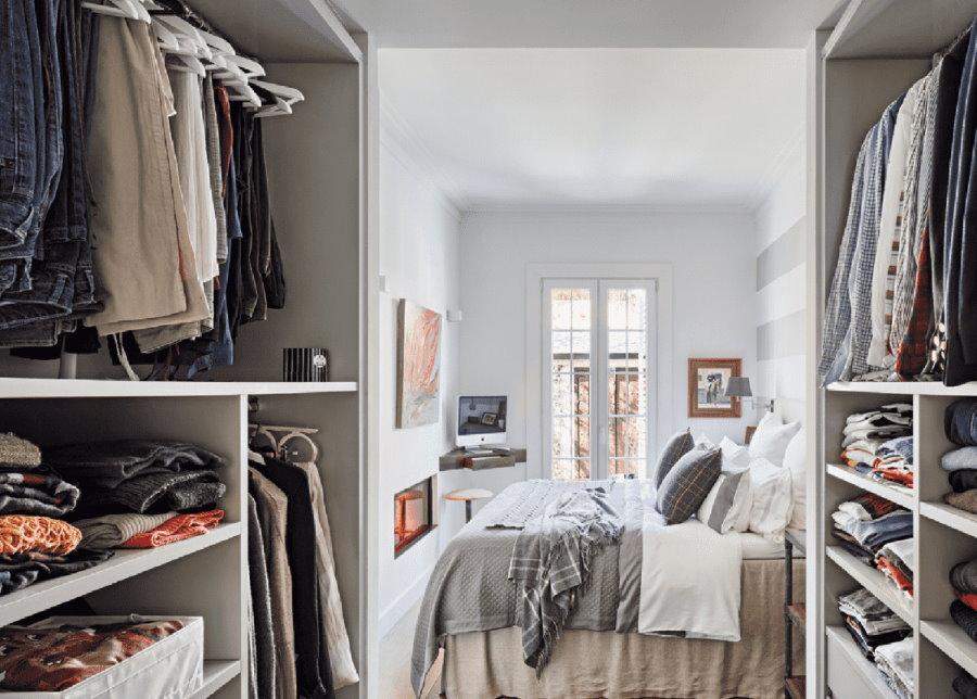 Организация гардеробной на выходе из спальной комнаты