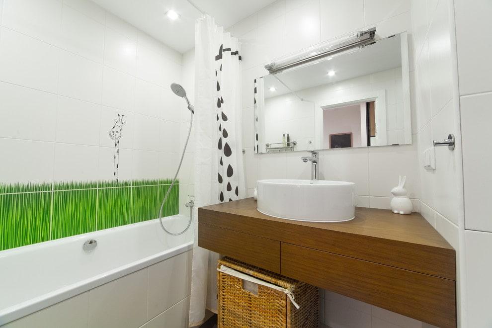 Коричневая столешница в ванной с белыми стенами