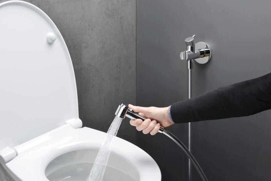Проверка работы гигиенического душа после подключения в туалете