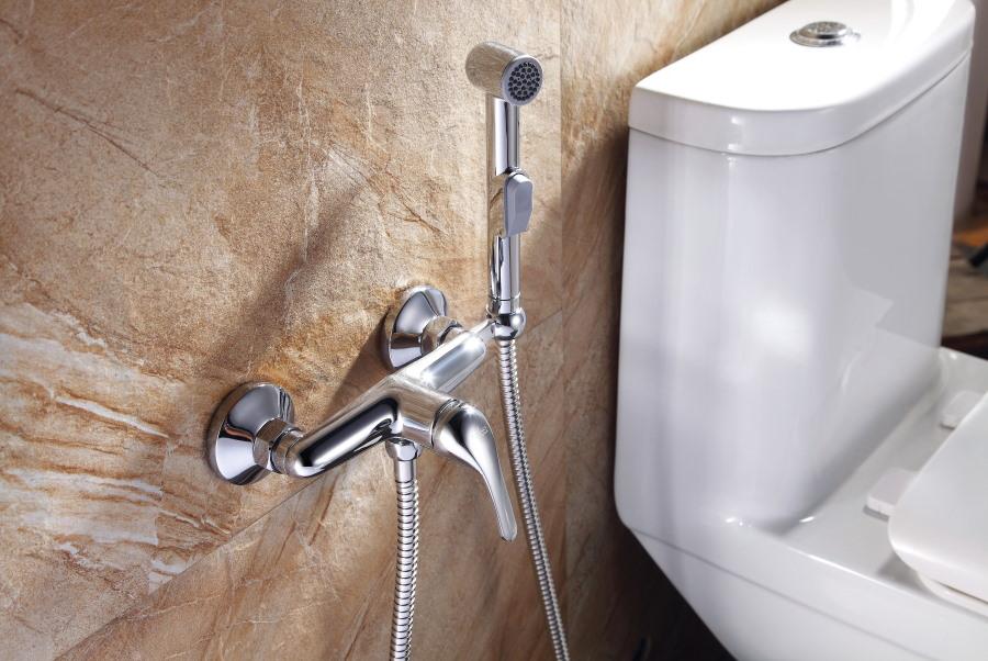 Смеситель гигиенического душа на стене туалета