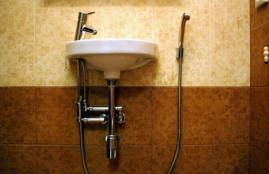 Настенный гигиенический душ в туалете с раковиной