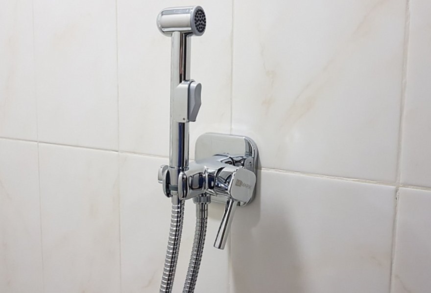 Лейка гигиенического душа на стене ванной