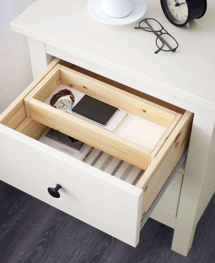 Удобный ящик в прикроватной тумбочке возле кровати