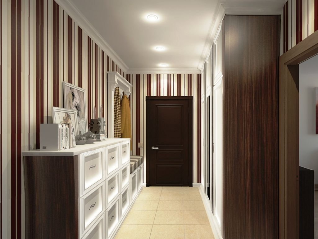 Узкий шкаф в коридоре с полосатыми обоями