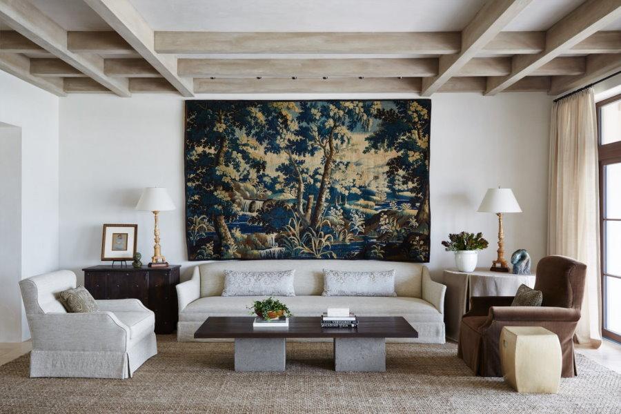 Гобеленовая картина на стене гостиной комнаты