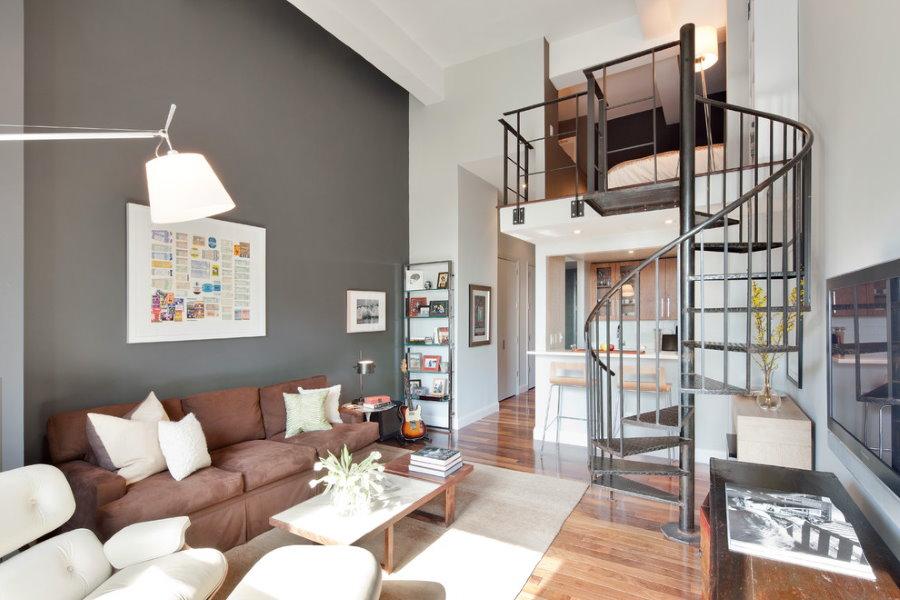 Винтовая лестница графитного оттенка в двухуровневой квартире