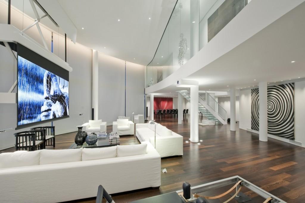 Белая мебель в квартире с двумя уровнями