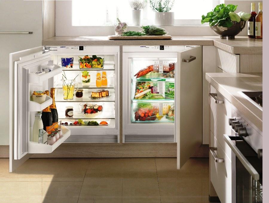 Встроенный холодильник под окном кухни