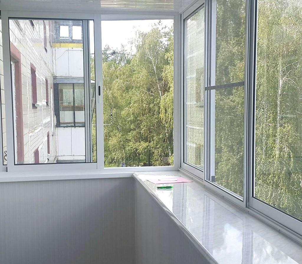 Блестящий подоконник на балконе с холодным остеклением