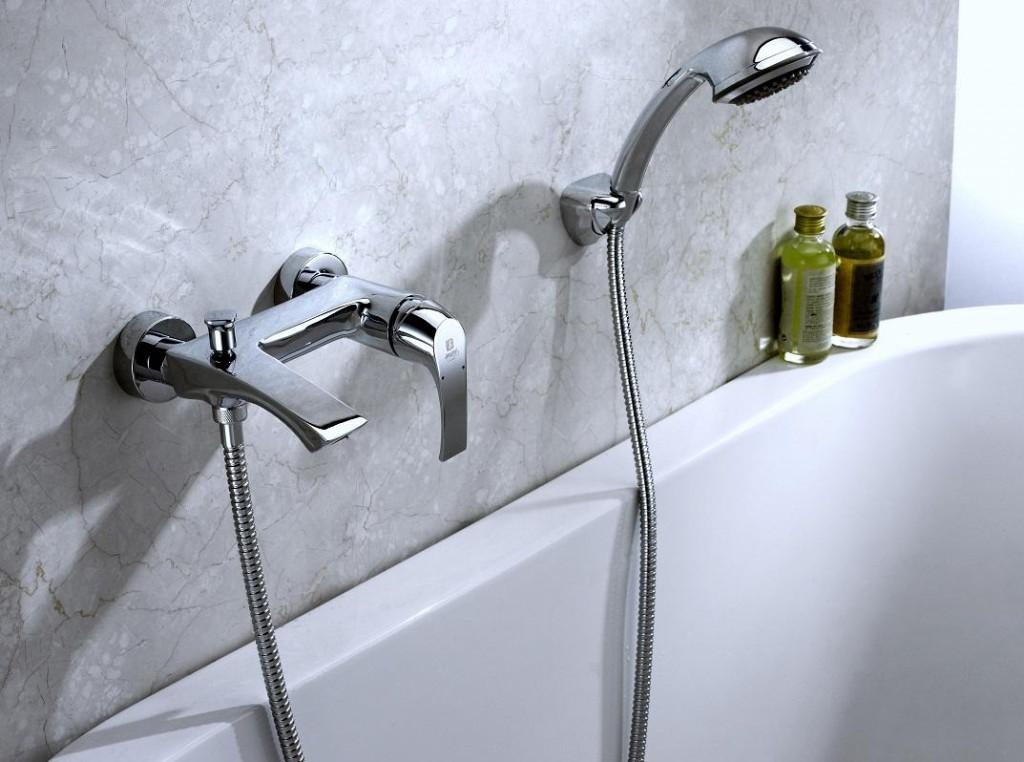 Хромированный смеситель на расстоянии 20 см от бортика ванной