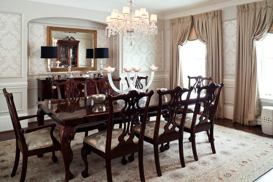 Обеденный стол в комнате с итальянскими шторами