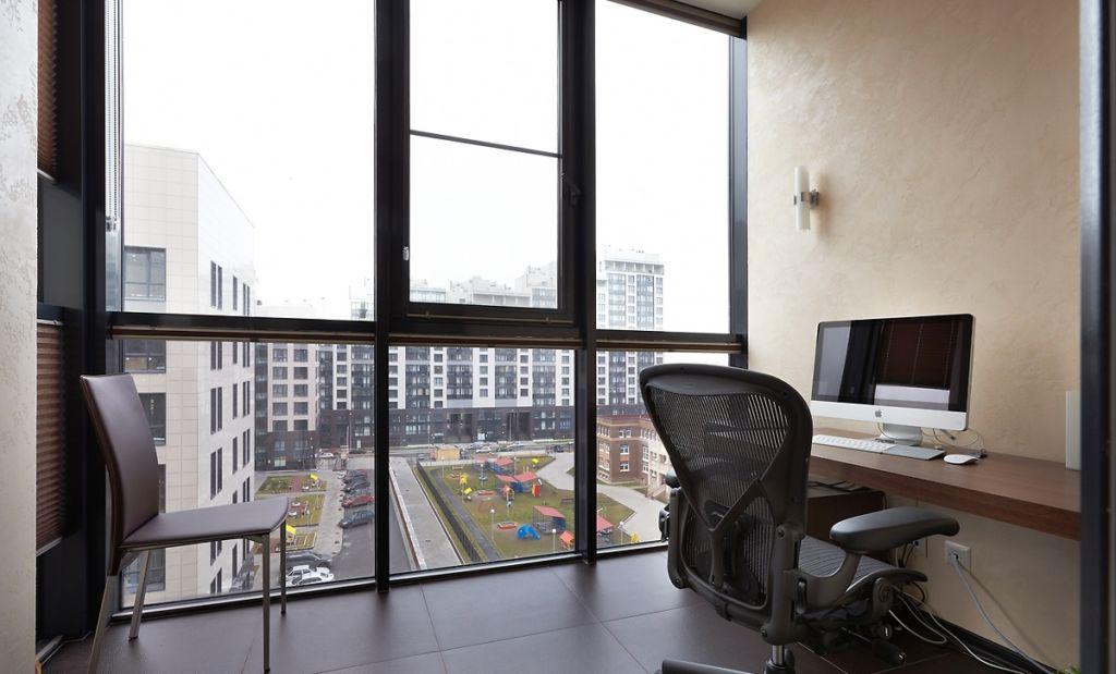 Интерьер панорамной лоджии с рабочим кабинетом