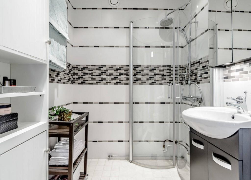 Душевая кабина в углу небольшой ванной комнаты