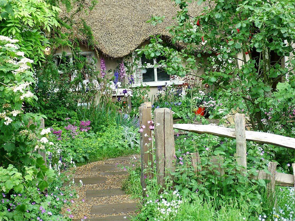 Деревянное ограждение в саду деревенского стиля