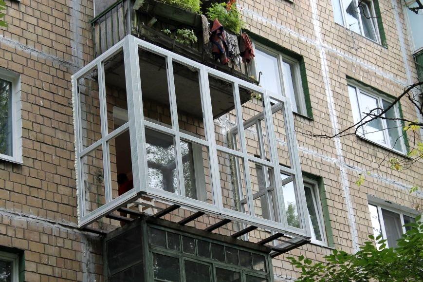 Каркас остекления на балконе с выносом по полу