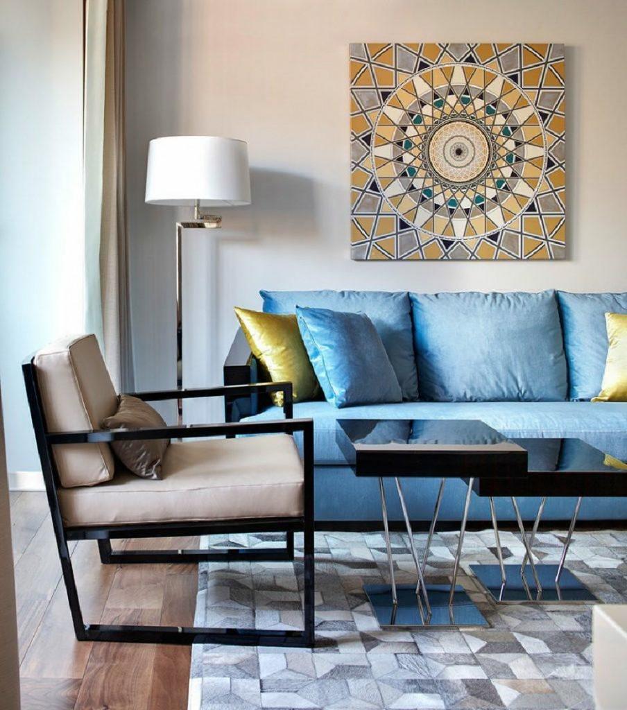 Квадратная картина над голубым диваном в квартире