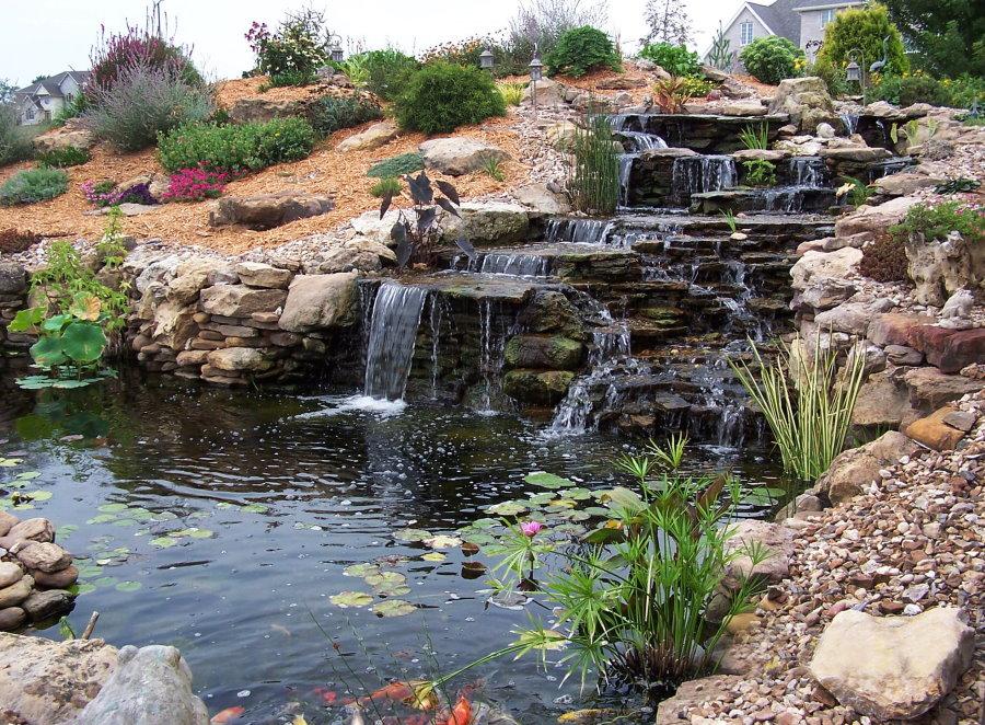 Каскад-водопад на загородном участке