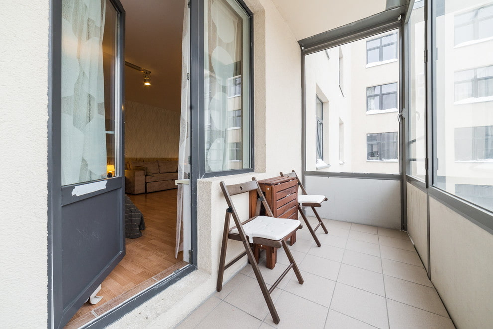 Светлая плитка на полу балкона в квартире