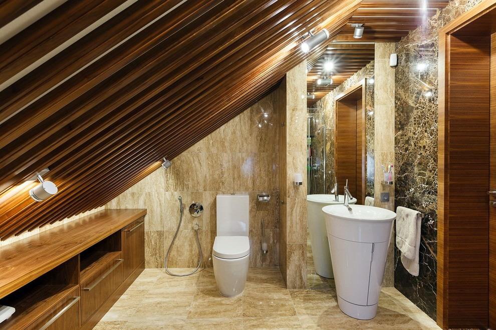 Облицовка плиткой стен в мансардной ванной комнате