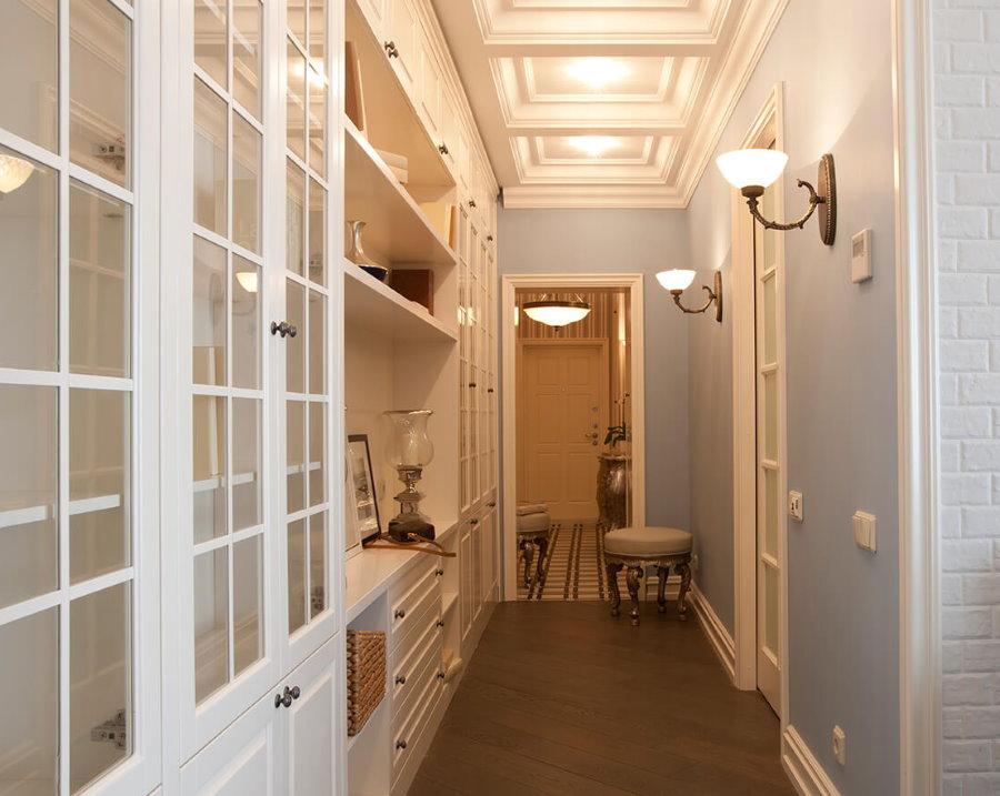Кессонный потолок в коридоре классического стиля