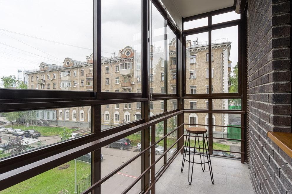 Узкий балкон с большими окнами