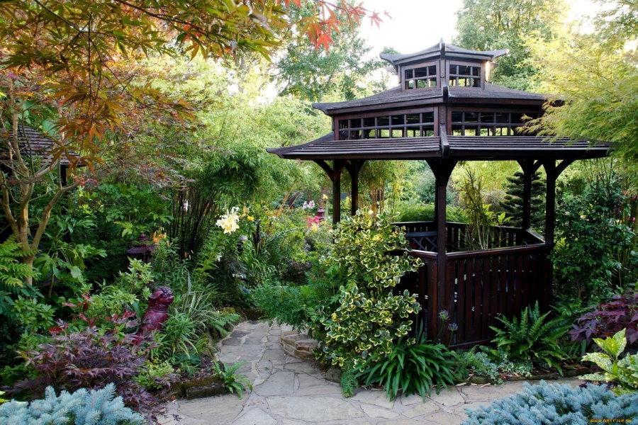 Беседка в восточном стиле в старом саду