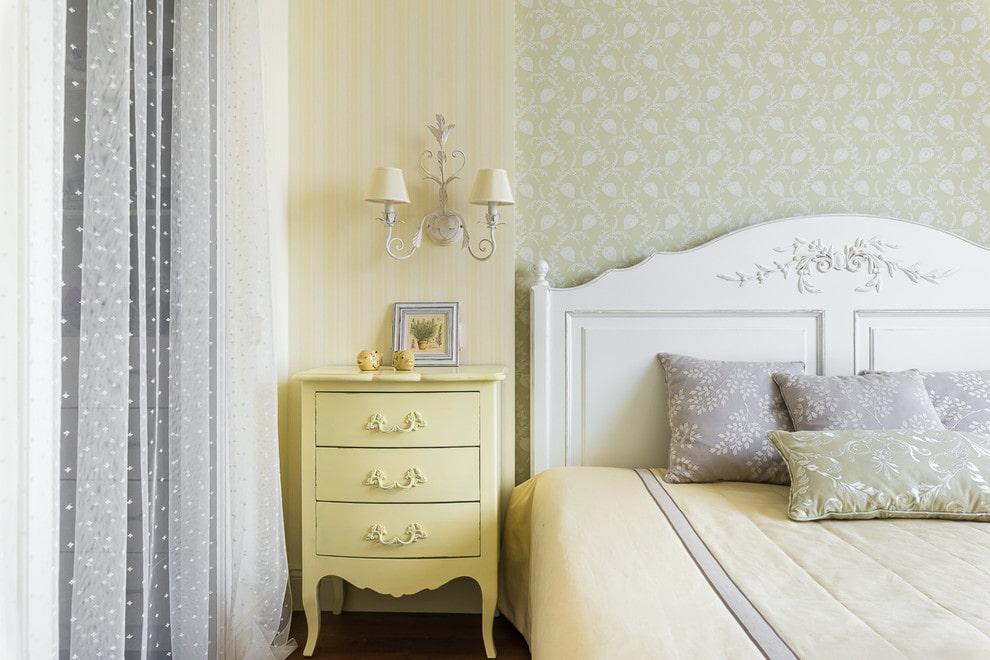 Прикроватная тумбочка в спальне классического стиля