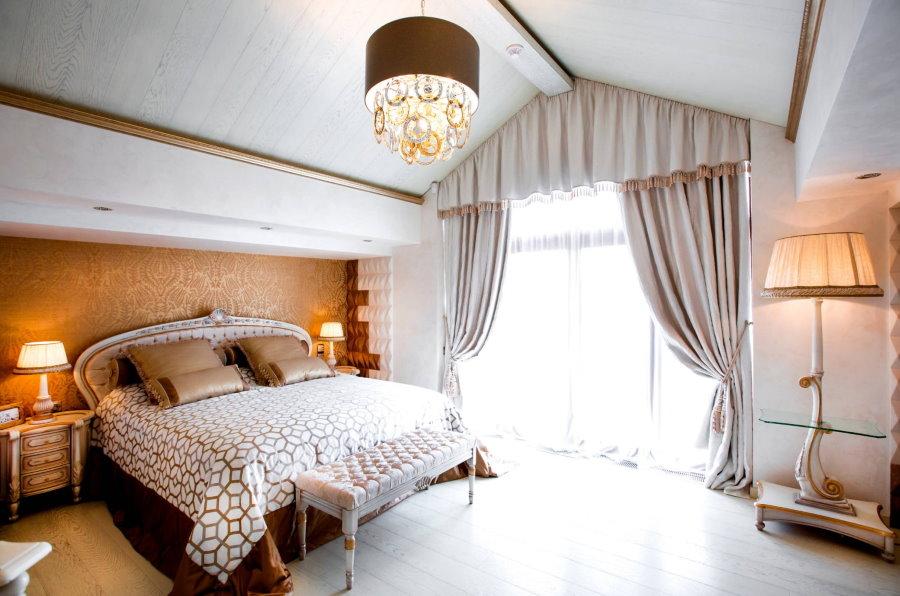 Плотные шторы с ламбрекеном в мансардной комнате